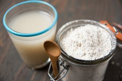 food-grade-diatomaceous-earth-and-a-glass